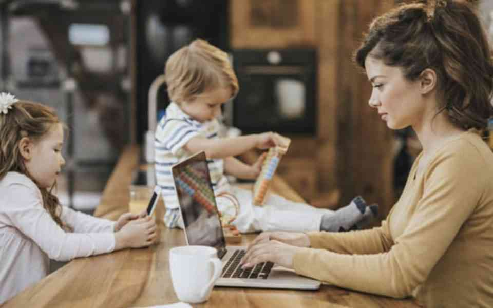 κορωνοϊός, εργασία στο σπίτι. παιδιά στο σπίτι