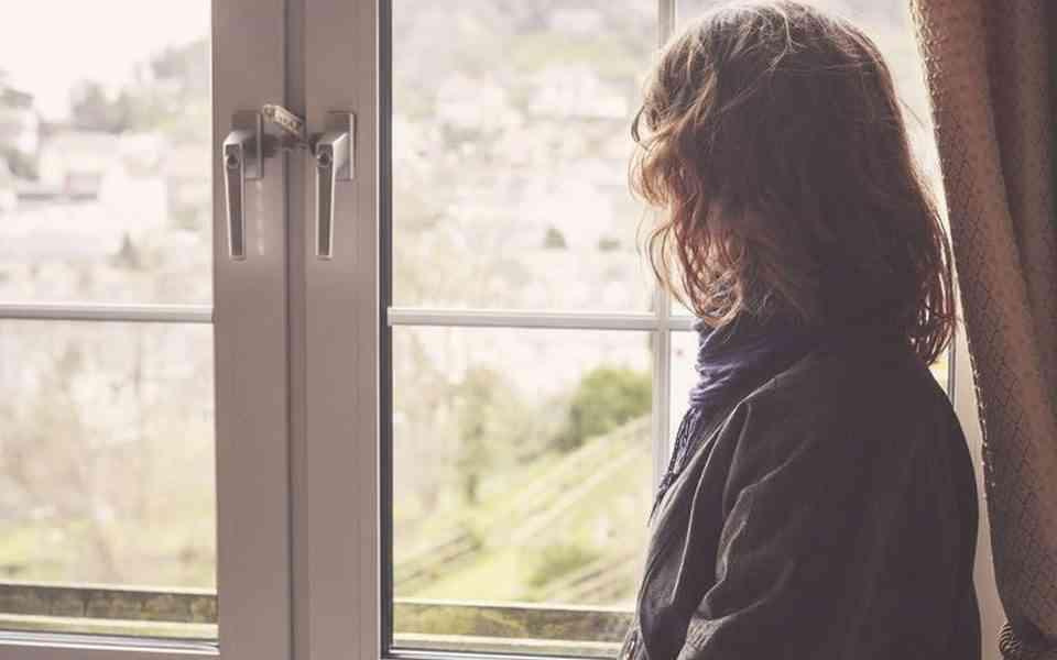 κοινωνική απομόνωση, κοινωνική απόσταση, παράγοντες που αυξάνουν το στρες, συναισθήματα λόγω απομόνωσης, τρόποι για να αντιμετωπίσετε την κοινωνική απομόνωση